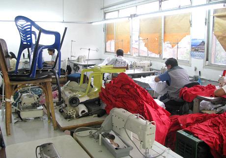 Oficina de costura fiscalizada produzia peças femininas para a Marisa (Foto: Maurício Hashizume)